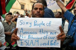 Pancarta exhibida por un ciudadano libio durante las marchas de repudio al crimen realizadas hoy en el país norafricano.
