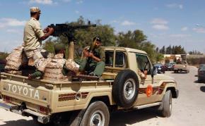 Elementos del Ejército Nacional Libio toman el control de instalaciones ocupadas por la brigada Ansar Al-Sharia.